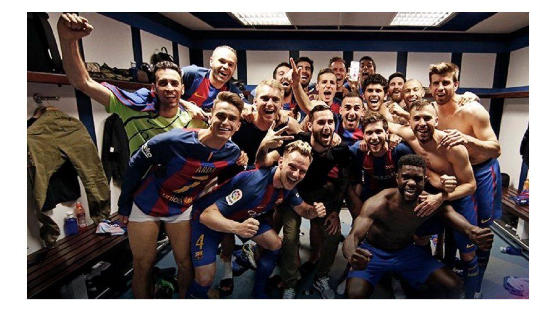 El celular de Messi en alto y