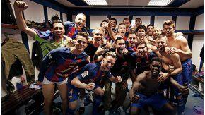 El celular de Messi en alto y, del otro lado, Neymar