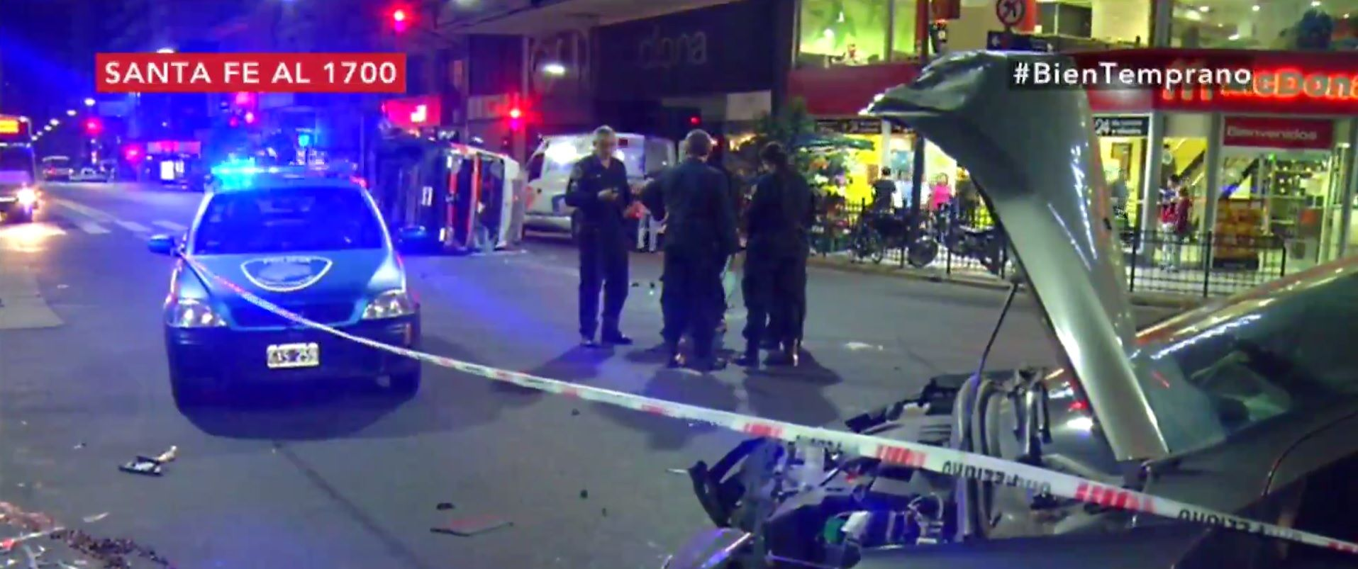 Recoleta: una ambulancia chocó contra un auto y volcó