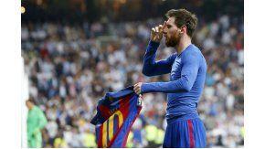 Messi ofrece su camiseta a los hinchas en el festejo