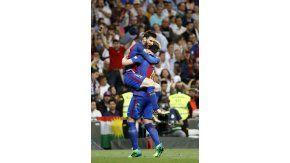 El rosarino se abraza con Rakitic, el otro goleador de la noche madrileña