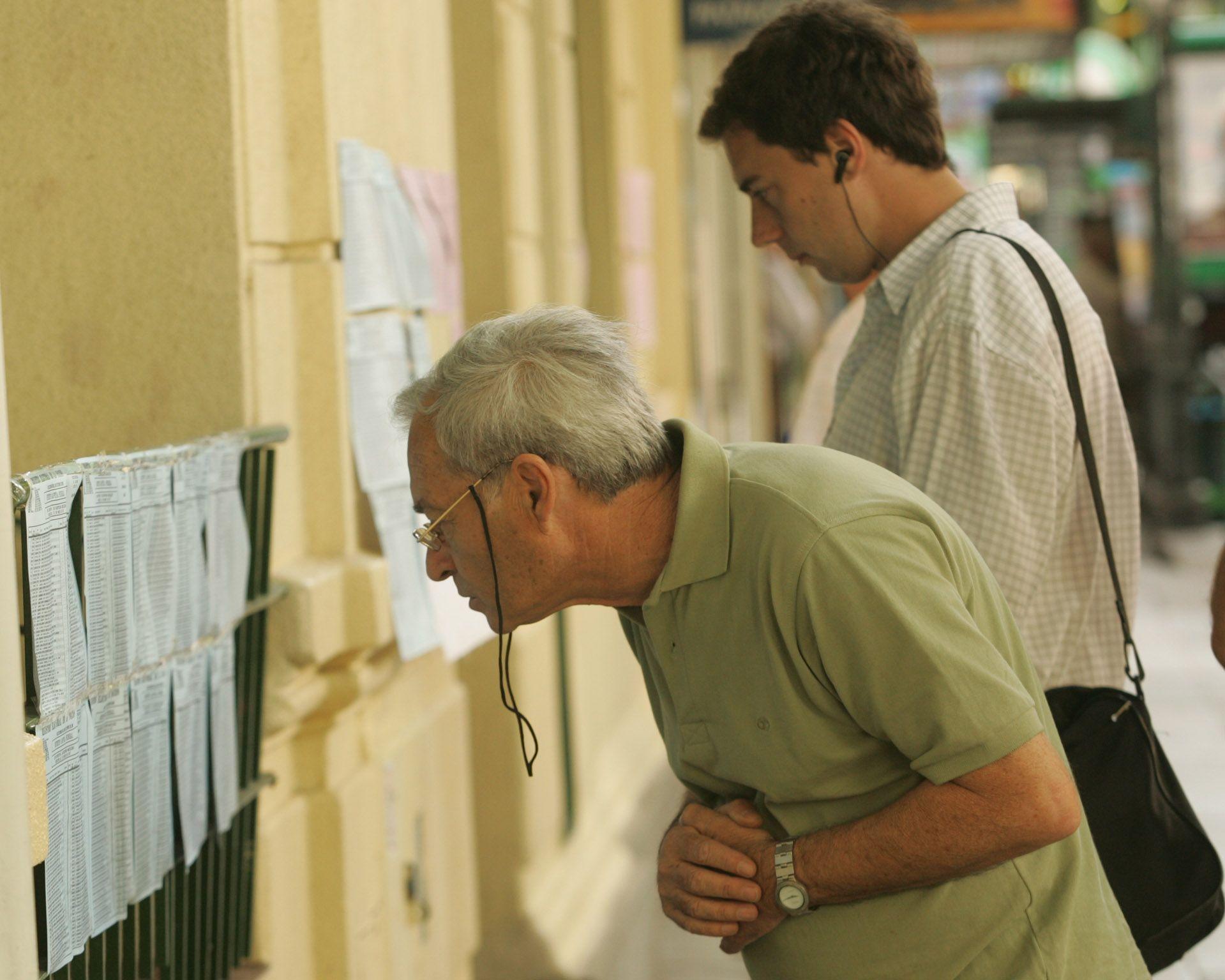 Electores observan el padrón