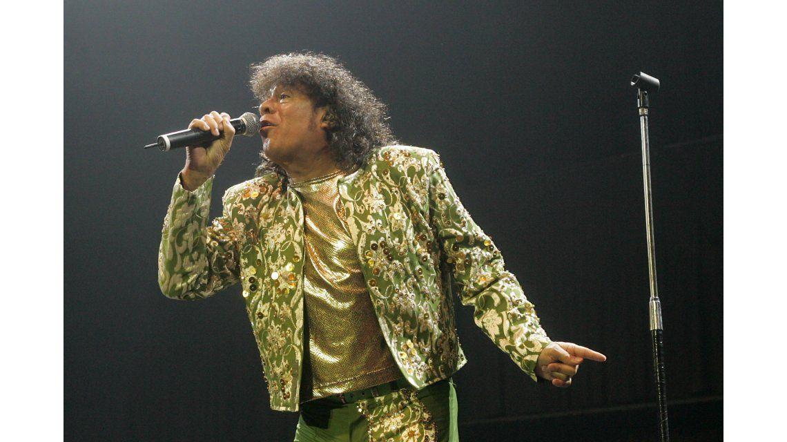 La Mona Jiménez cantando en vivo