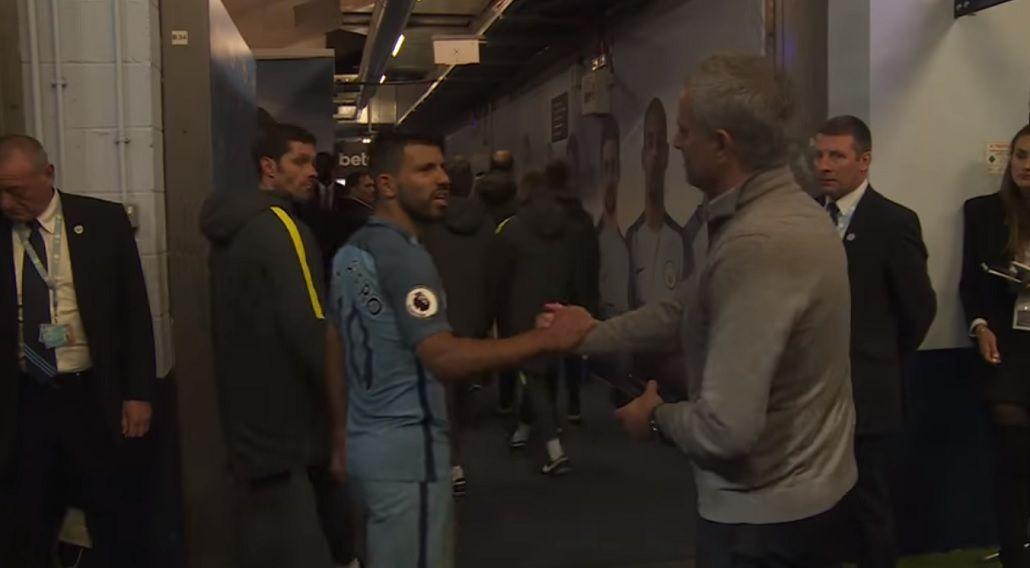 El cruce de Agüero con Mourinho durante el último clásico de Manchester