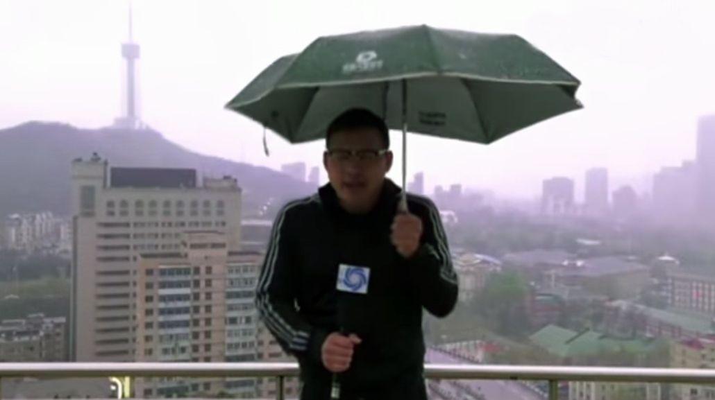 VIDEO: Un periodista informaba sobre el clima y le cayó un rayo en vivo