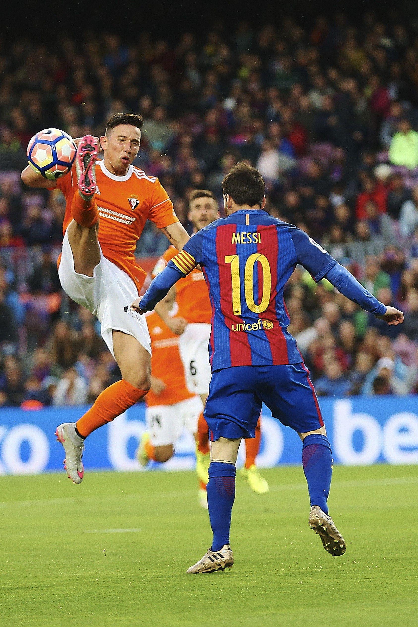 El mediocampista disputando un balón con Messi
