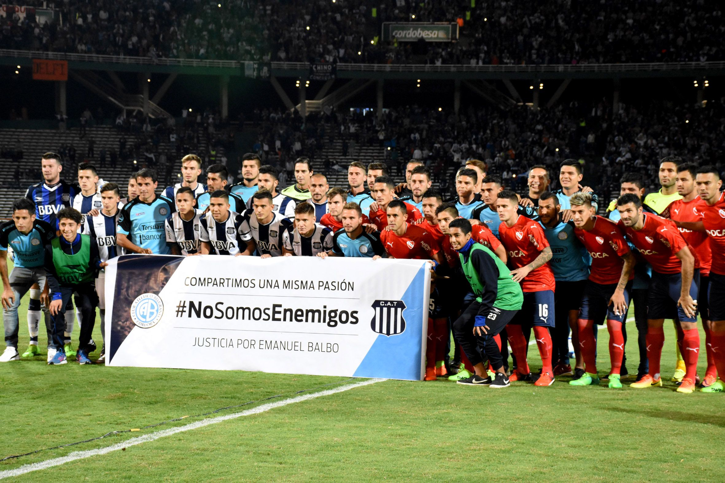 {altText(#NoSomosEnemigos, la bandera con la que posaron Belgrano, Talleres e Independiente<br>,Belgrano, Talleres e Independiente pidieron el fin de la violencia en el fútbol)}