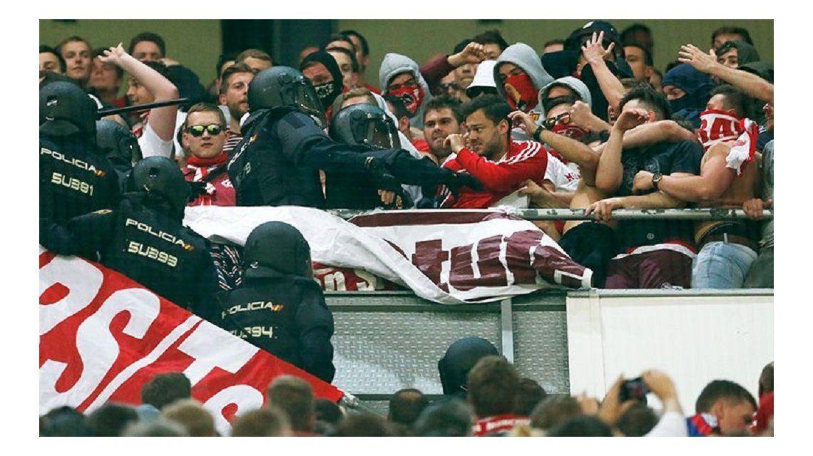 La imagen del enfrentamiento de los hinchas alemanes con la policía madrileña