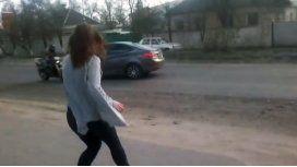 Una joven se puso a bailar en la calle y provocó un accidente