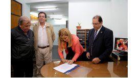 Magario firmó un aumento para los municipales de hasta un 32 por ciento