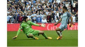 El argentino definió con sutileza ante la salida de Petr Cech