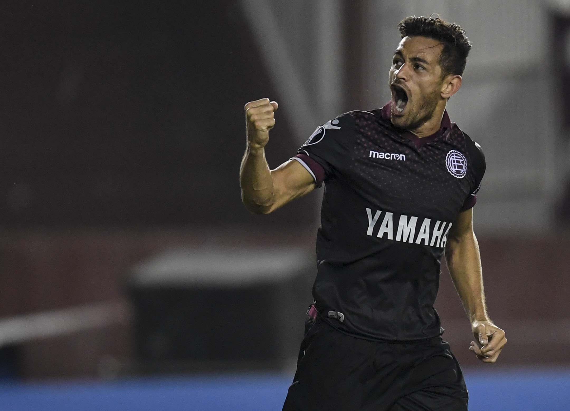 Lautaro Acosta festeja su gol