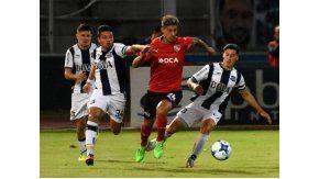 Emiliano Rigoni, una de las figuras del partido, escapa a la marca de tres hombres de la T