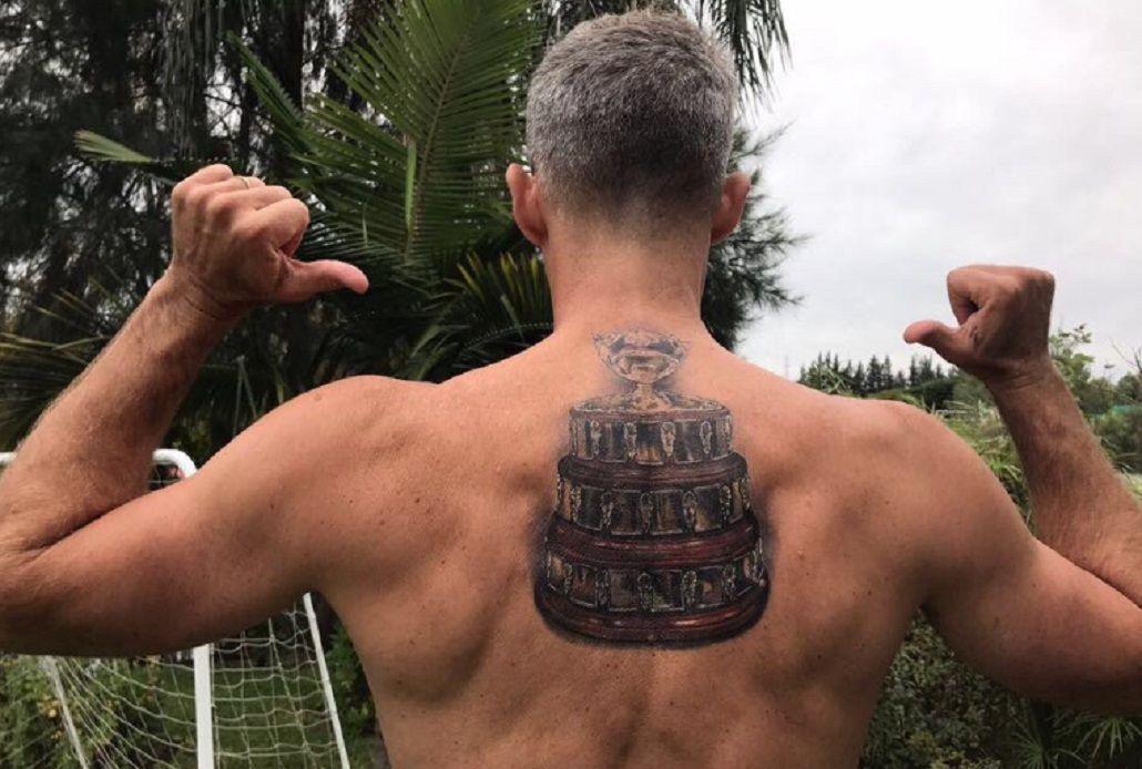 Orsanic luce orgulloso su espalda tatuada