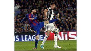 Lionel Messi ante el croata Mario Mandzukic