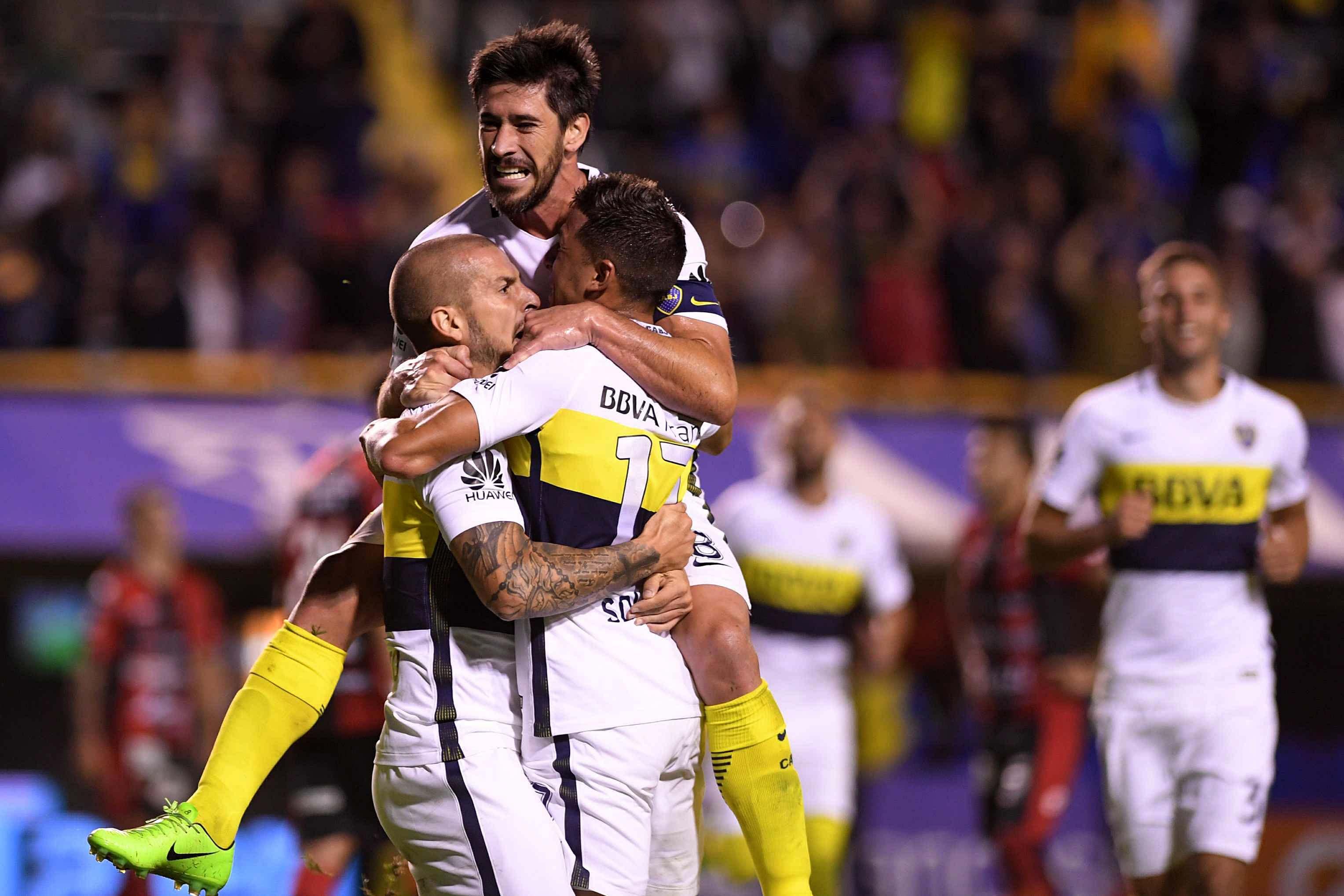 El festejo de los jugadores de Boca tras el gol de Benedetto