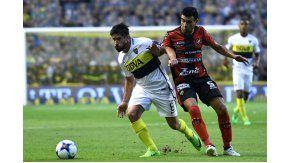 Pablo Pérez, luchando por la pelota ante un rival de Patronato