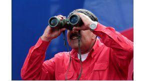 Nicolás Maduro observando con largavistas la marcha de los chavistas