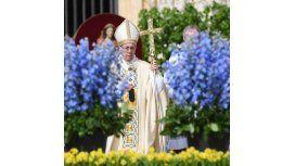 Francisco celebra con los fieles la Misa de Pascua