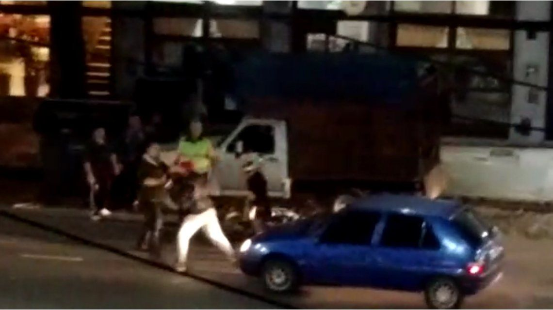 Espectacular pelea de tránsito frente a una escuela de boxeo