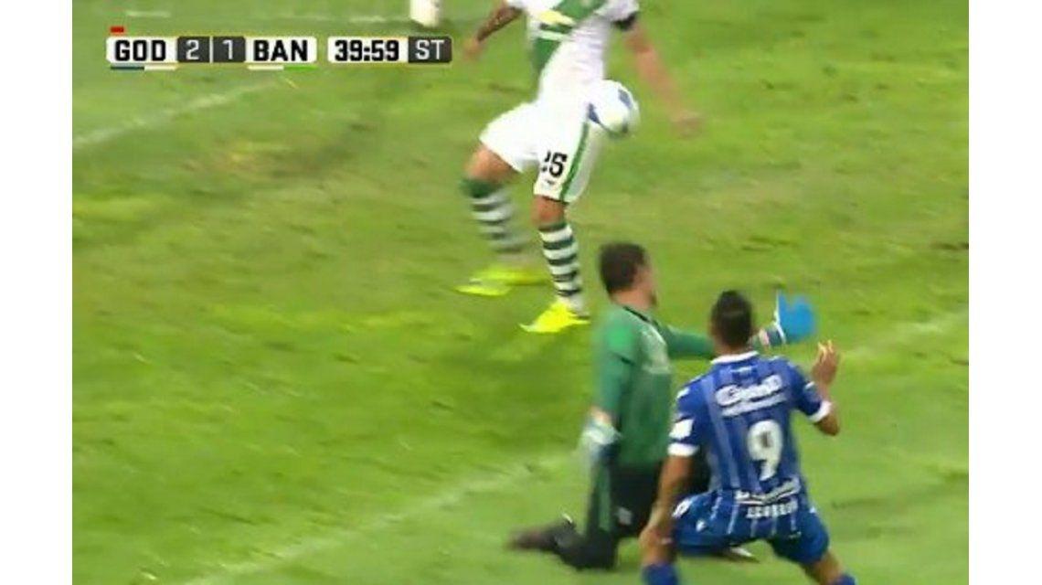 Insólito: la pelota le pegó en la cadera pero Diego Abal cobró penal