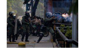 Militares chocaron con opositores a Nicolás Maduro