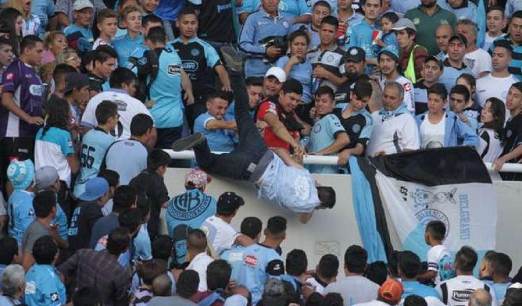 Así tiraron a Emanuel Balbo desde la tribuna de Belgrano