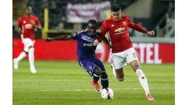 El argentino Rojo, luchando contra un rival del Anderlecht