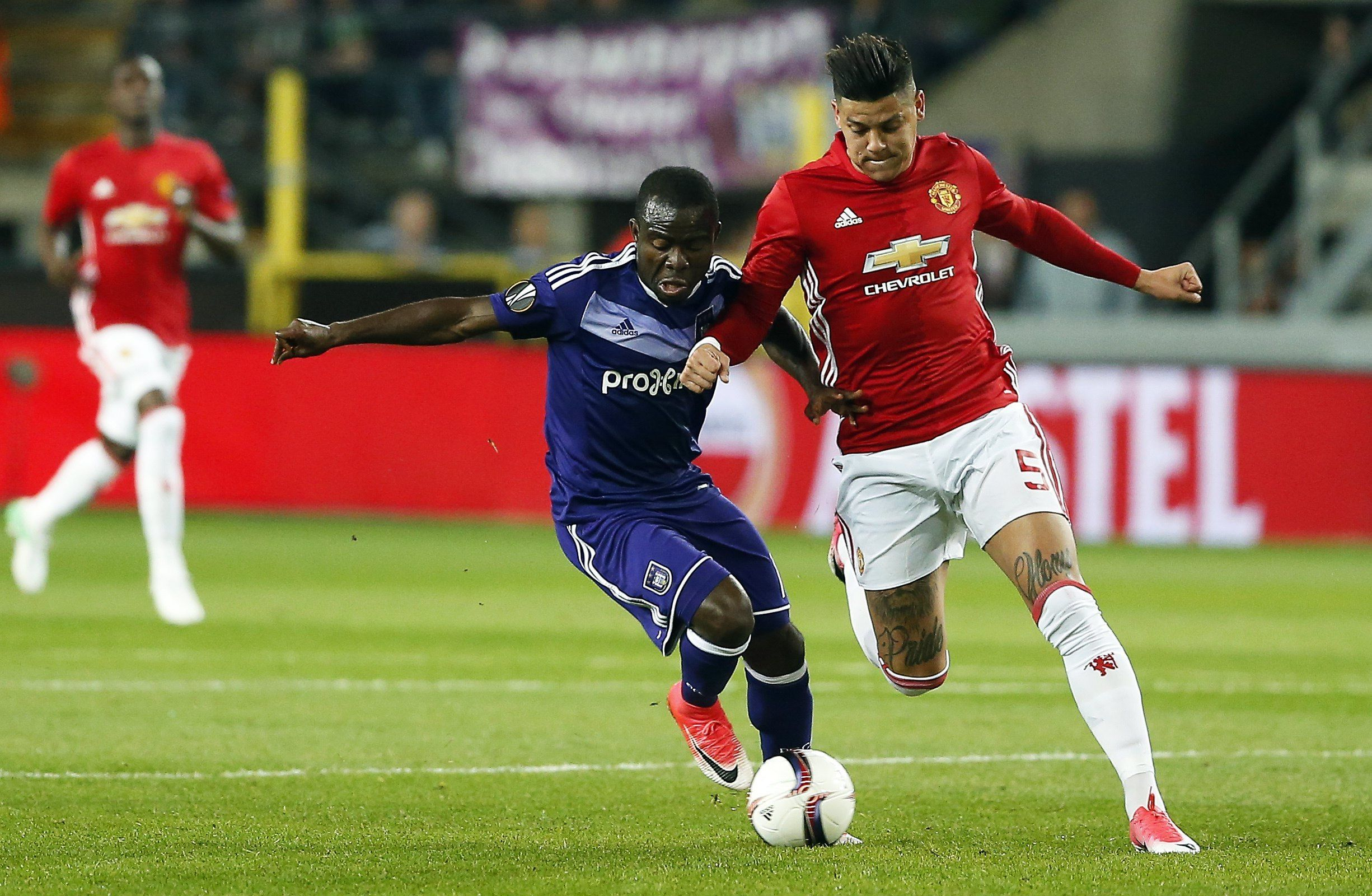 El argentino Rojo, luchando contra un rival del Anderlecht<br>
