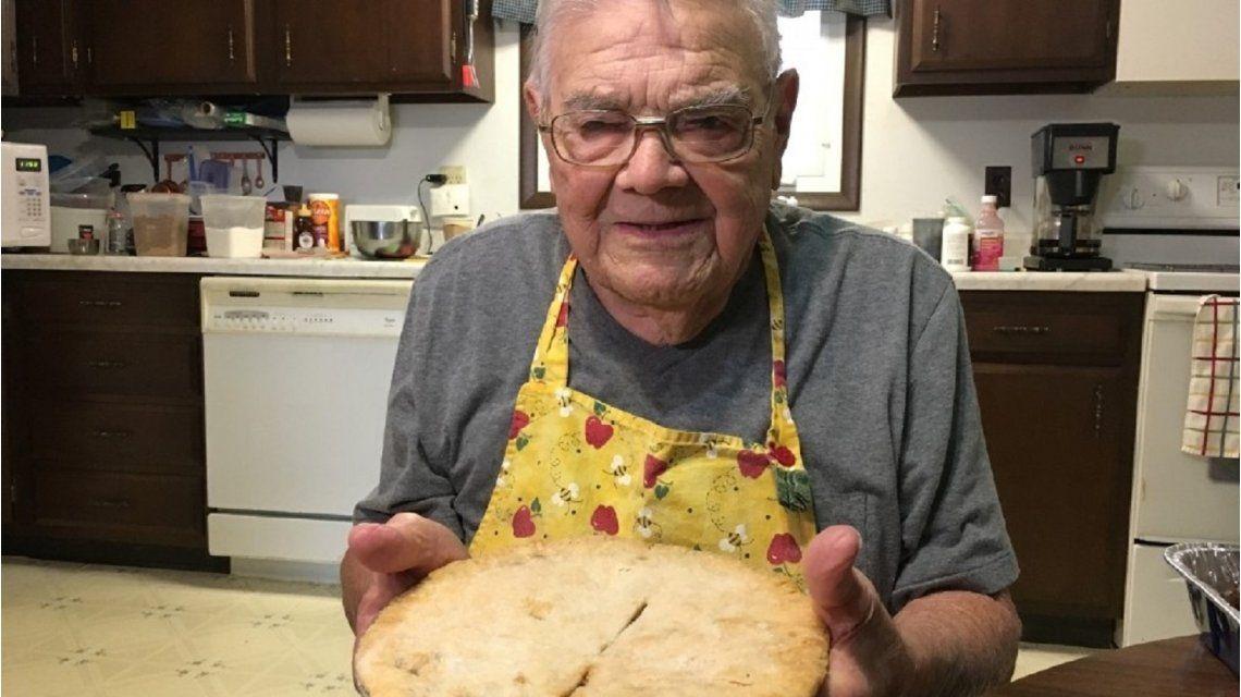 El hombre que tiene 98 años y cocina para ayudar a quienes más lo necesitan