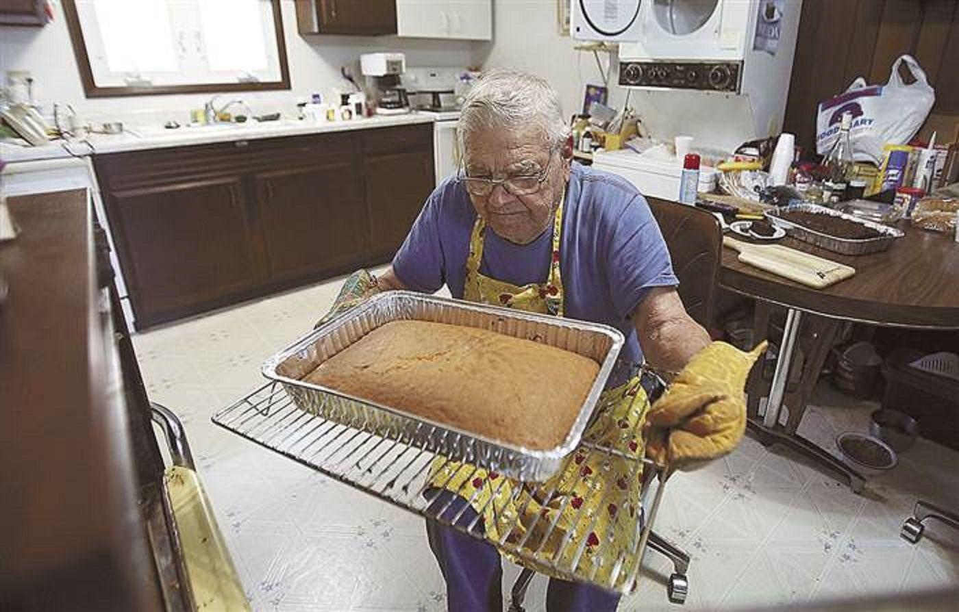 Tiene 98 años y cocina para ayudar a quienes más lo necesitan
