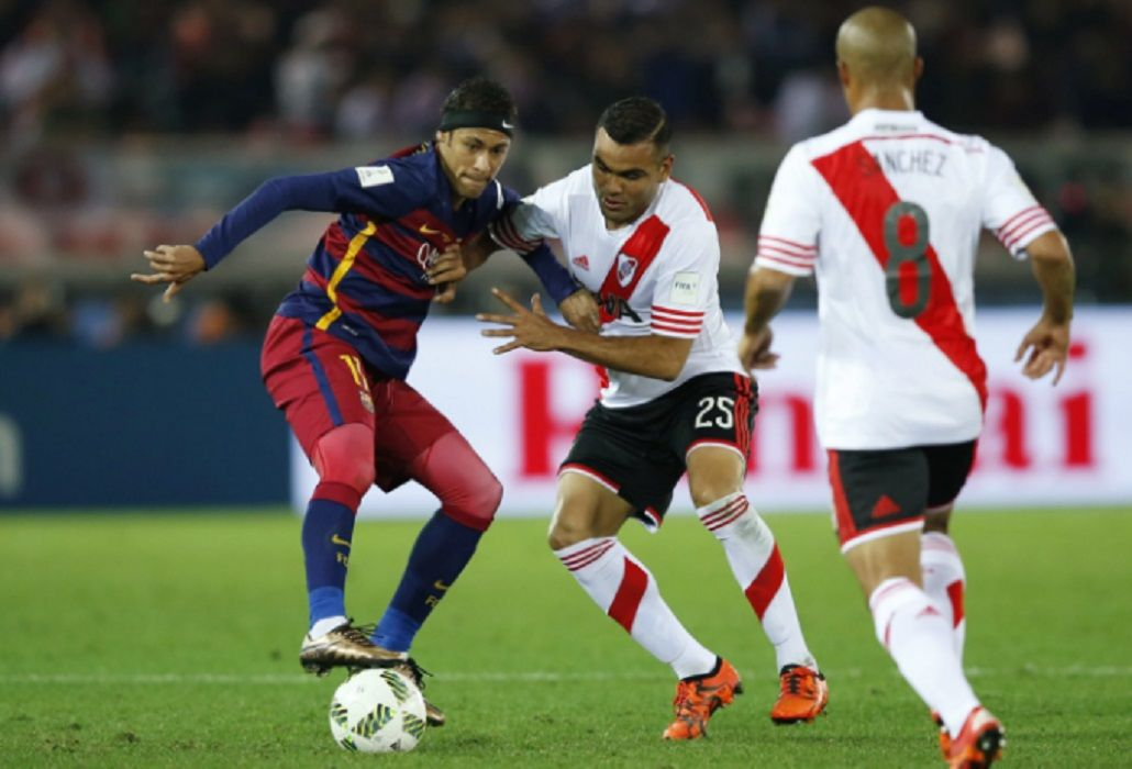 El brasileño la pisa ante la marca de Gabriel Mercado en la final del Mundial de Clubes