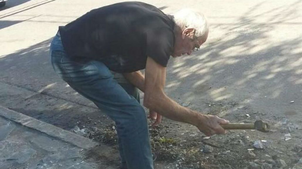 Miguel Caminoti se puso a arreglar la calle de su casa sólo