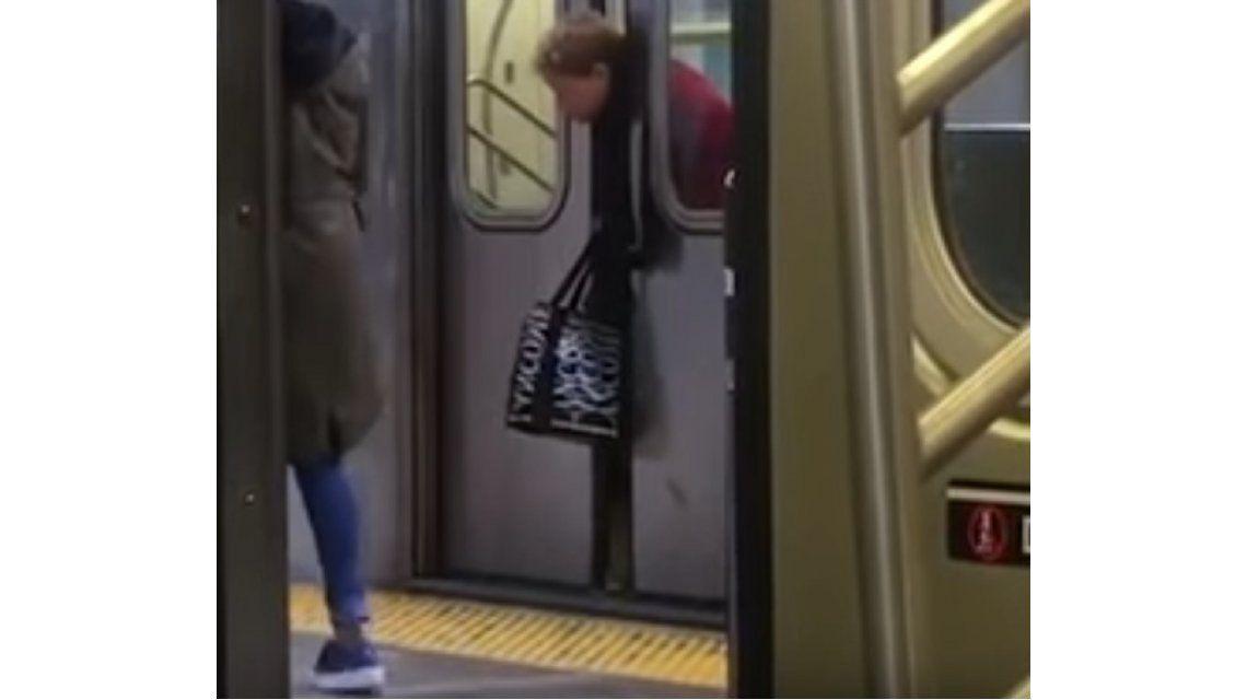 A una mujer le quedó su cabeza atrapada entre las puertas del subte
