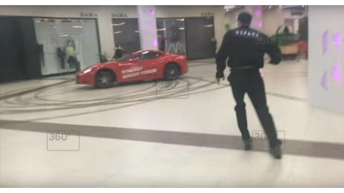 Se metió en un shopping con una Ferrari