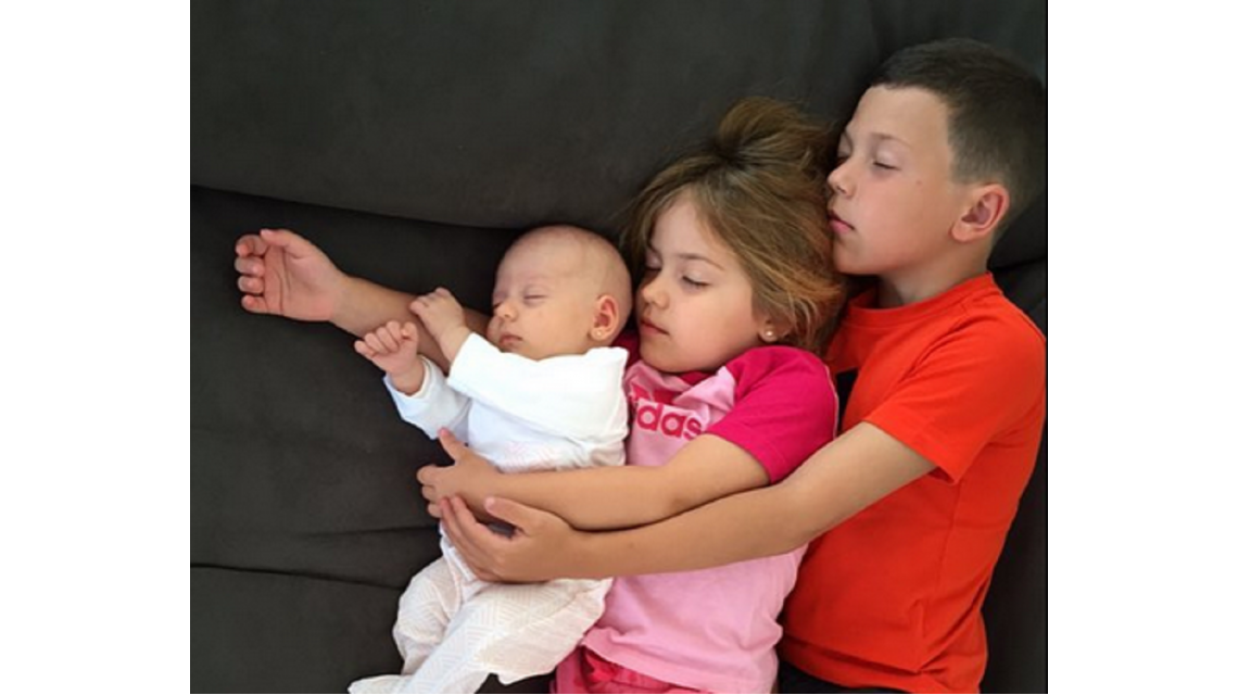 Los tres hijos de Evangelina Anderson durmiendo abrazados