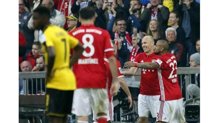 El abrazo del holandés con el chileno Arturo Vidal