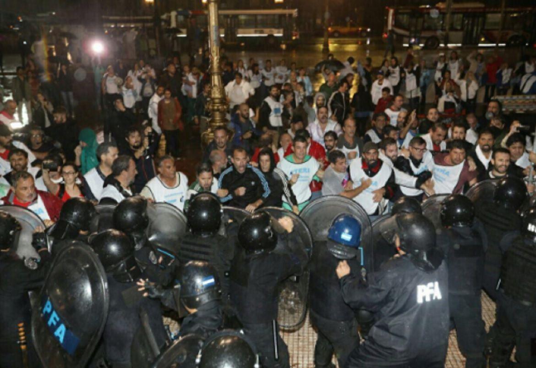 La Policía reprimió a los docentes que intentaban instalar una carpa frente al Congreso