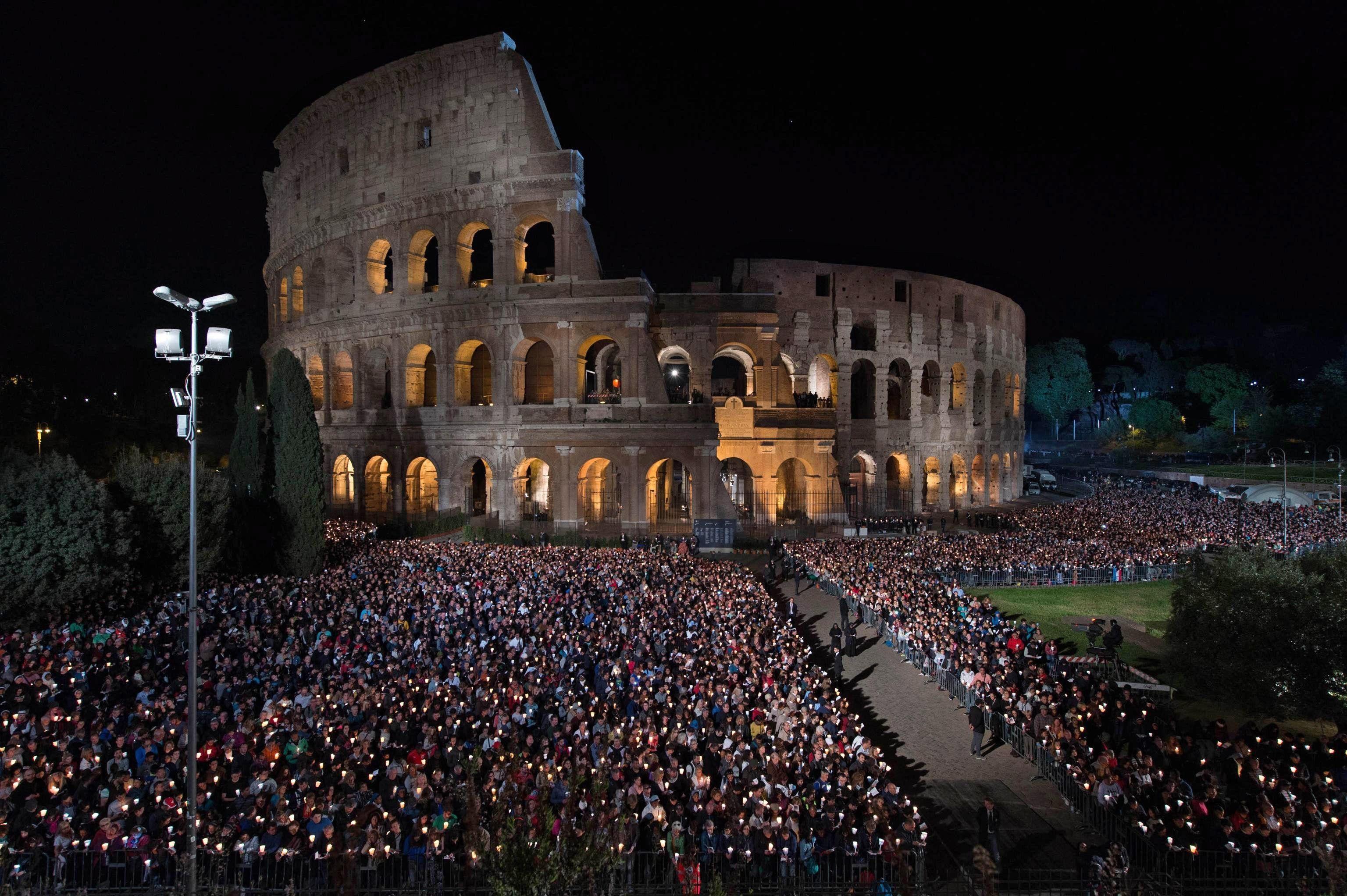 El Vía Crucis se realizó en el Coliseo de Roma