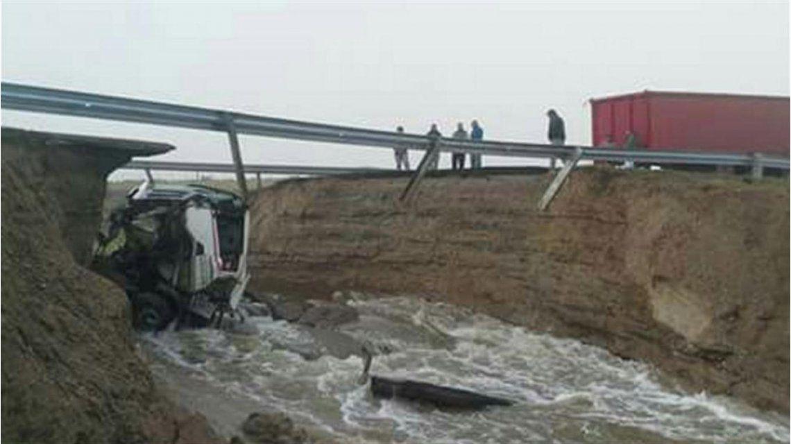 Comodoro Rivadavia: se abrió una grieta en la ruta 3 y se tragó un camión