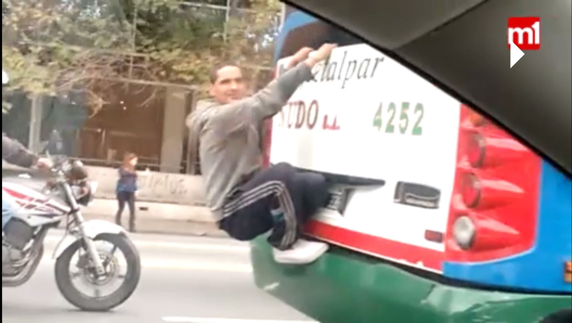 VIDEO: Viaja colgado del colectivo