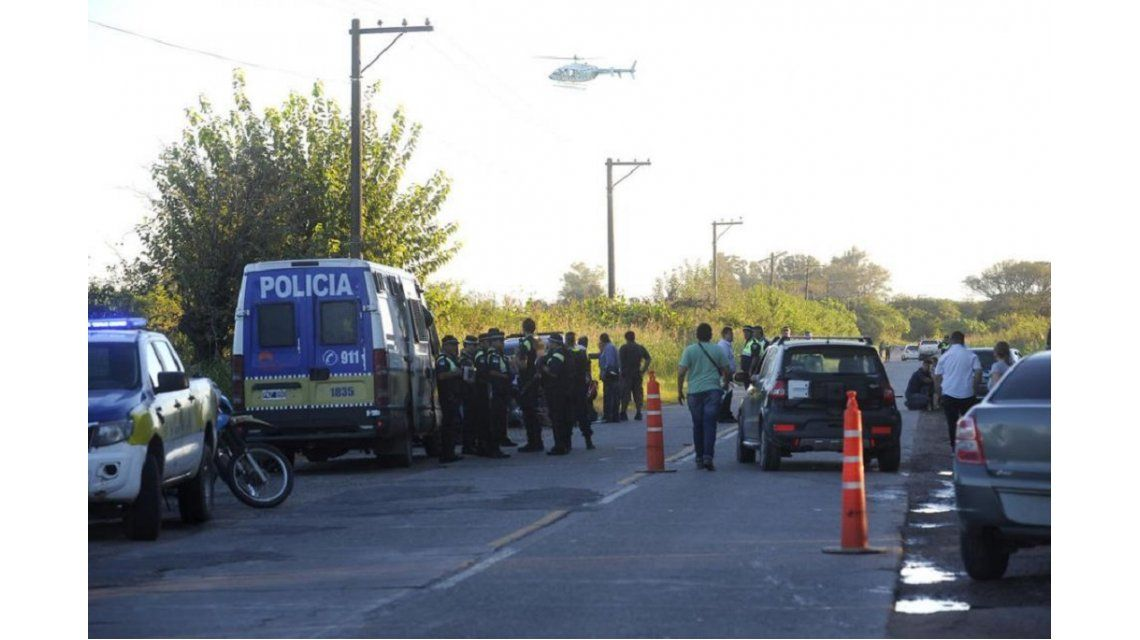 Un motoquero murió embestido por un auto que escapaba de un control policial