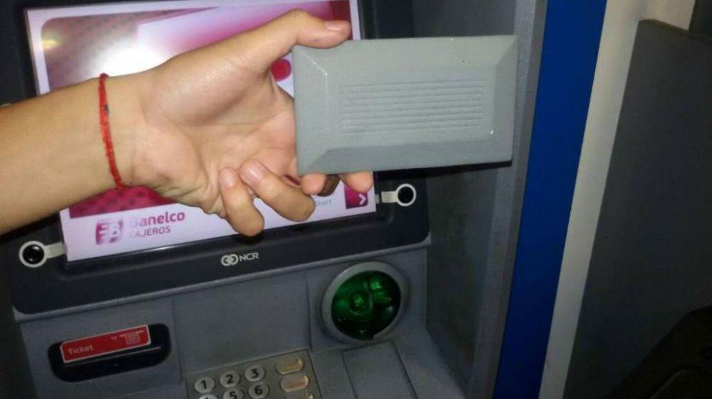 Así roban los datos de las tarjetas en los cajeros