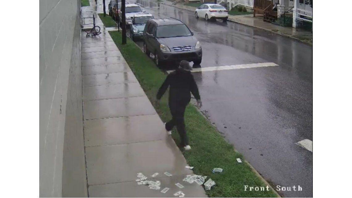 Se le voló el dinero que había robado mientras se iba en bicicleta