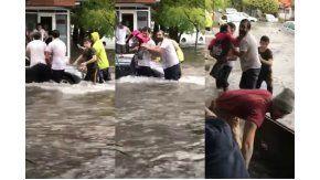 Así rescataron a una nene en pleno temporal en Mar del Plata