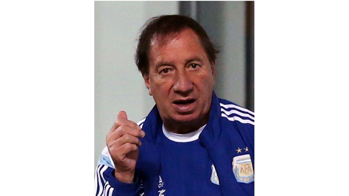 Carlos Bilardo con la ropa de la Selección