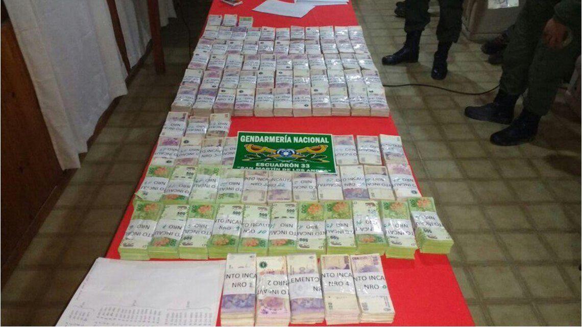 Éste es el dinero que el detenido comenzó a tirar por la ventanilla cuando era perseguido por Gendarmería