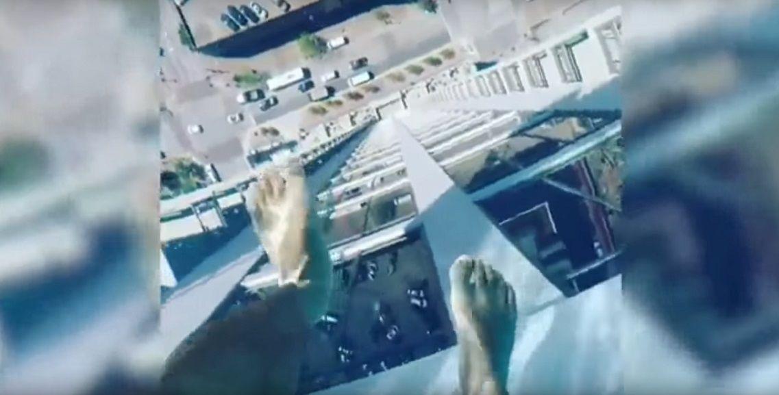 Una pileta a 150 metros de altura y puso transparente