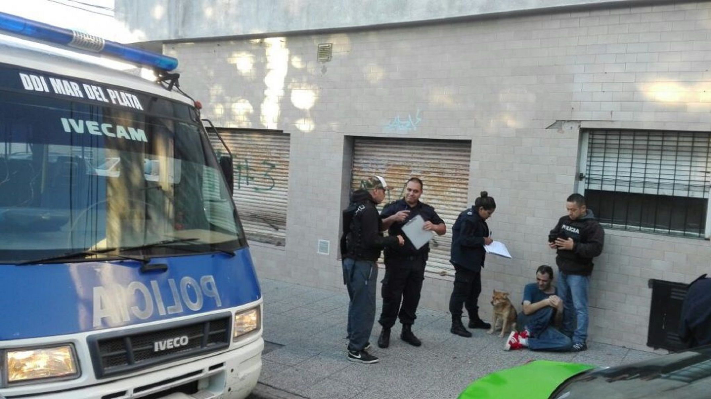 Fue apuñalado por su mujer y la policía lo rescató tras romper una puerta
