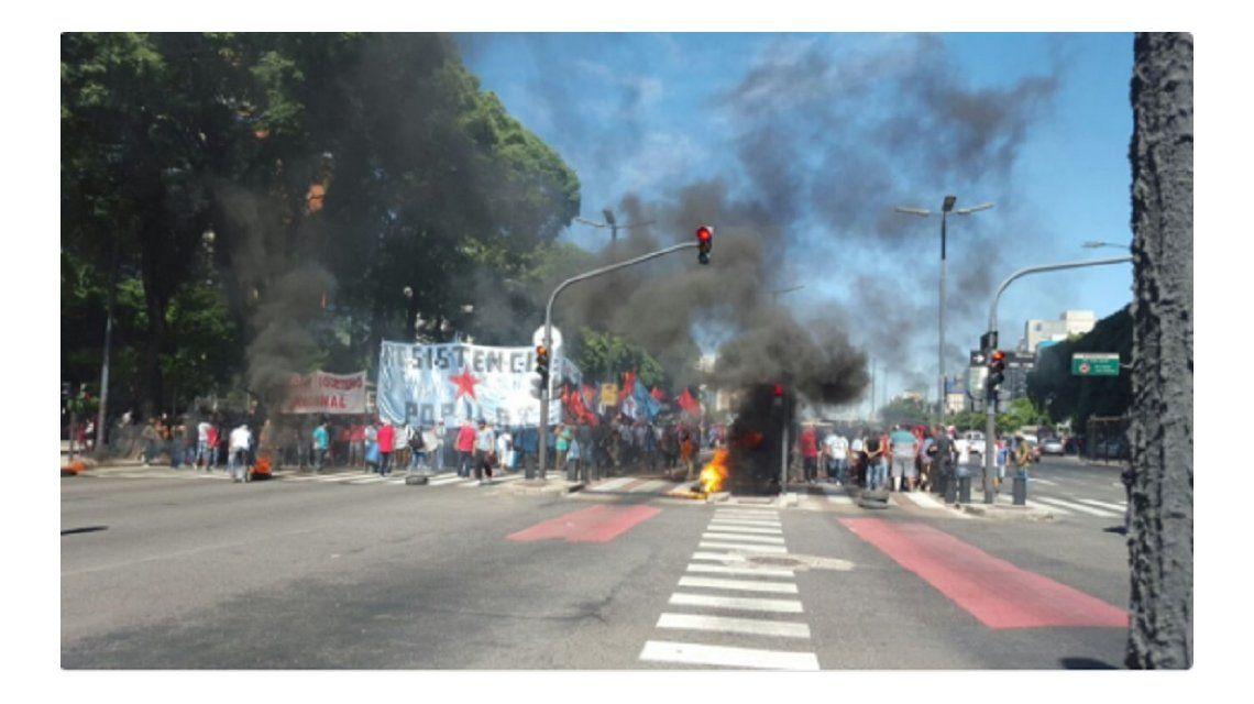 Manifestantes cortan la 9 de Julio